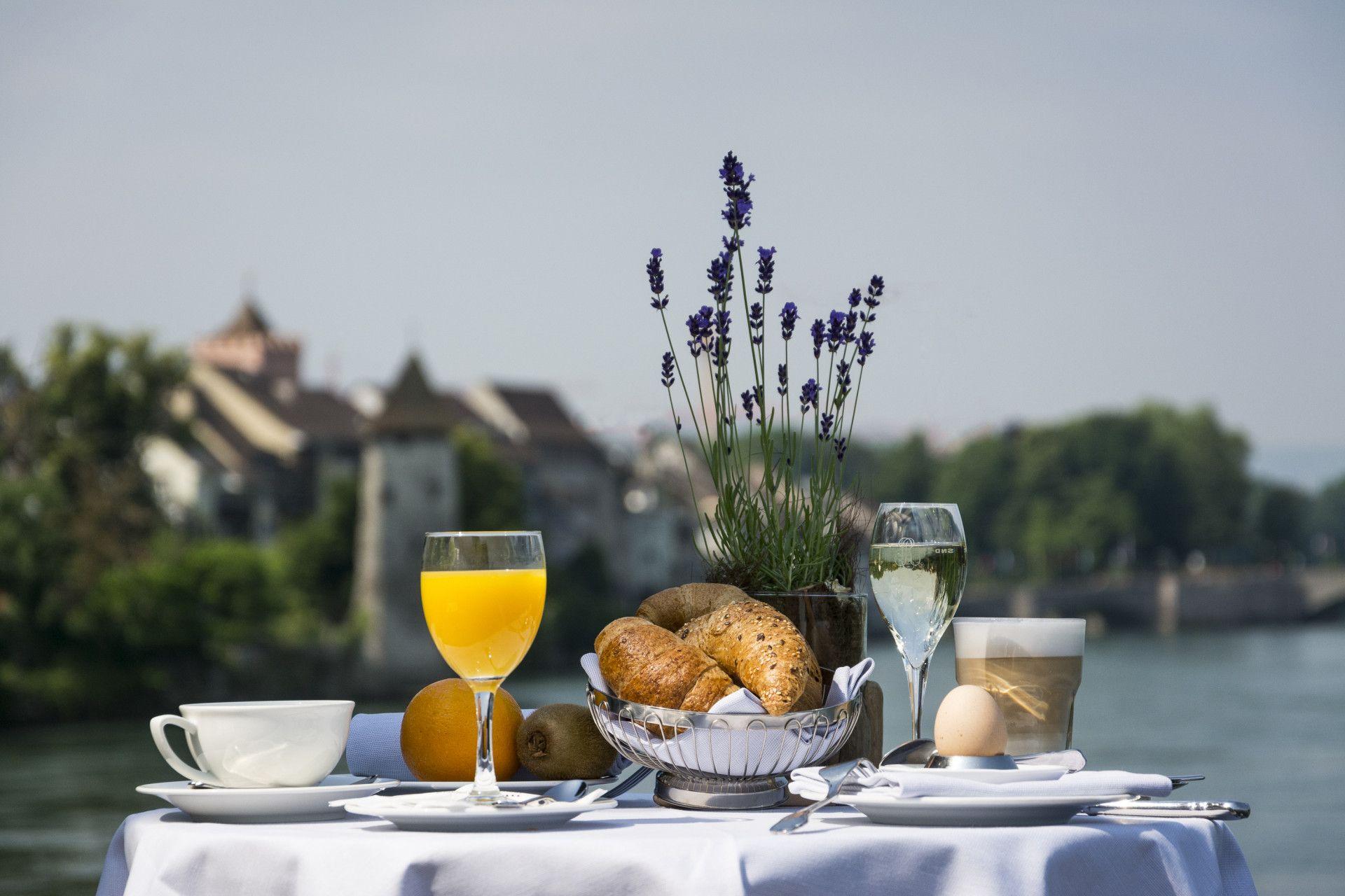 Tisch gedeckt mit Frühstück auf Rheinterrasse
