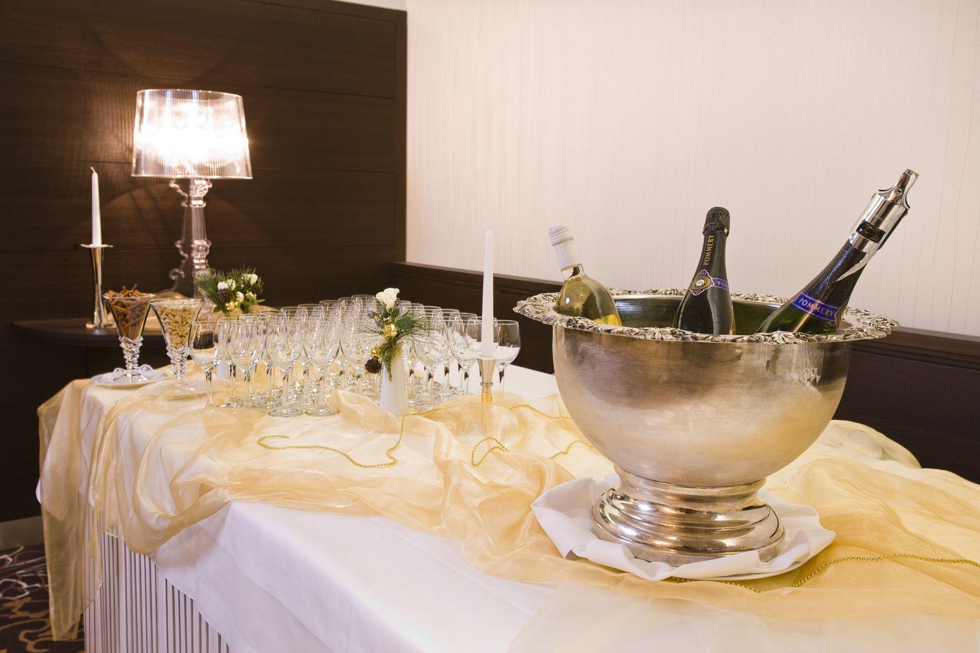 Restaurant im Park-Hotel am Rhein mit Gläsern und Sekt für Bankett