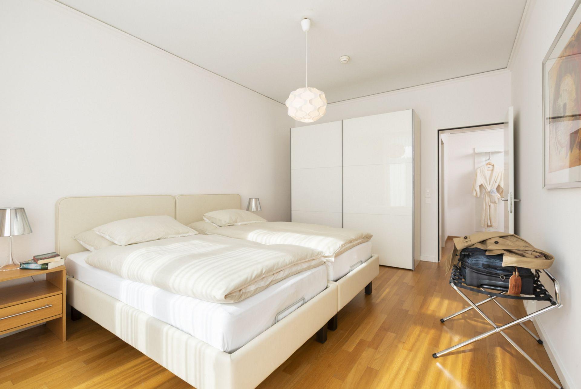 Schlafzimmer einer Junior-Suite im Park-Hotel am Rhein