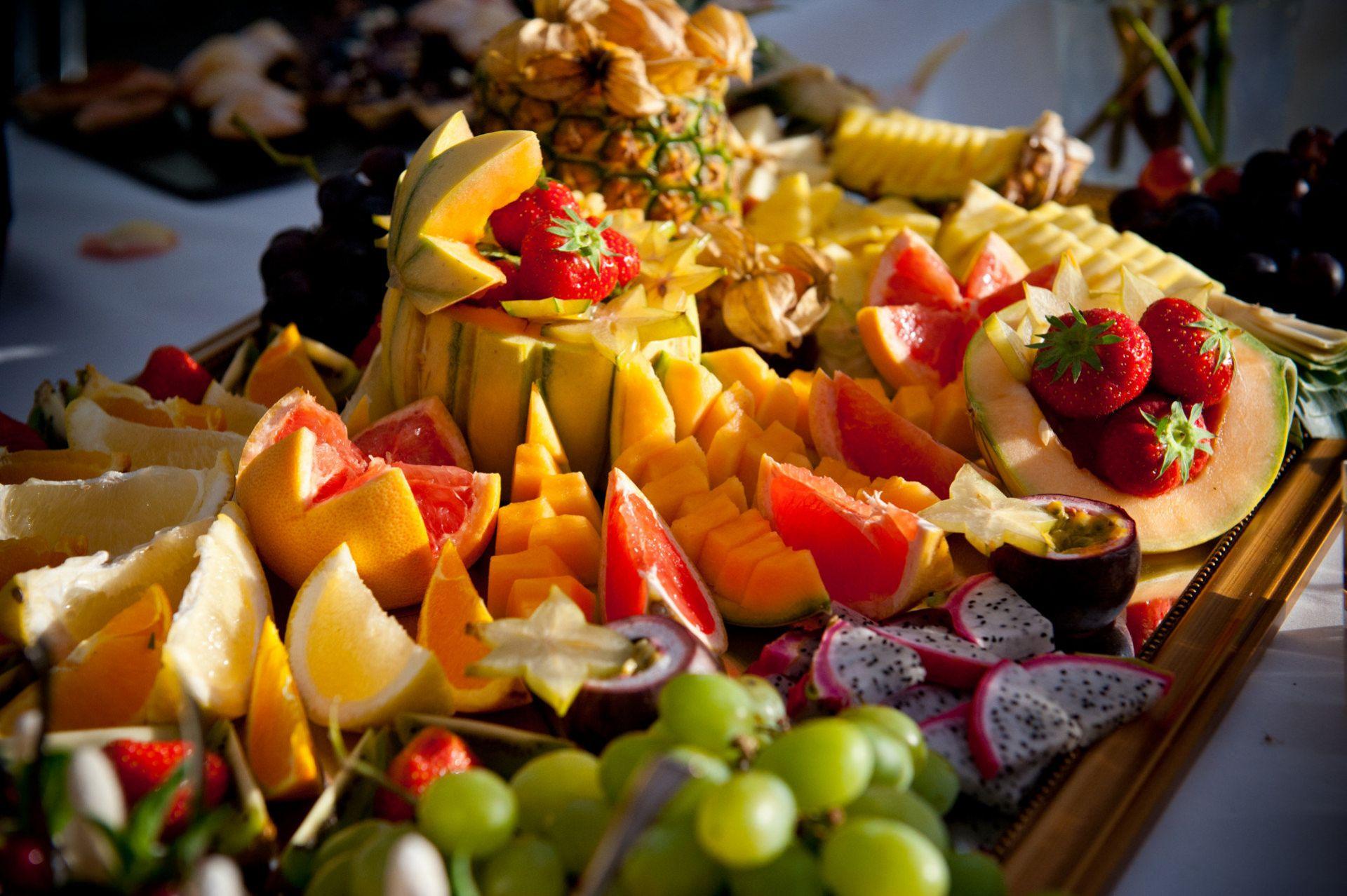 Platte mit verschiedenen farbigen Fruchstücken