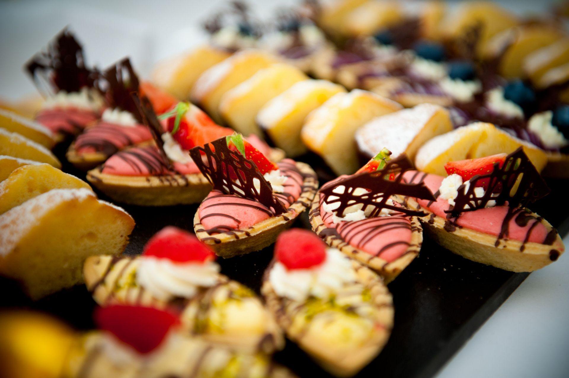 Nahaufnahme von Platte mit kleinen Dessertvariationen