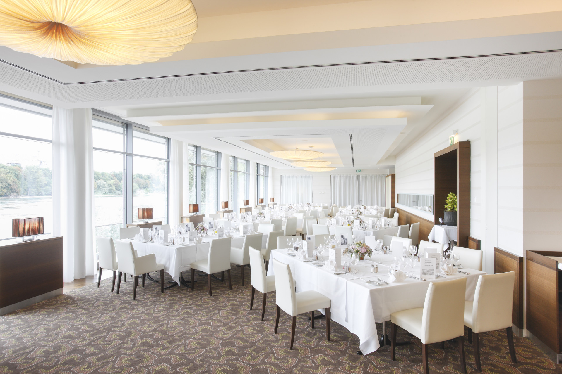 Restaurant im Park-Hotel am Rhein mit gedeckten Tischen für Bankett