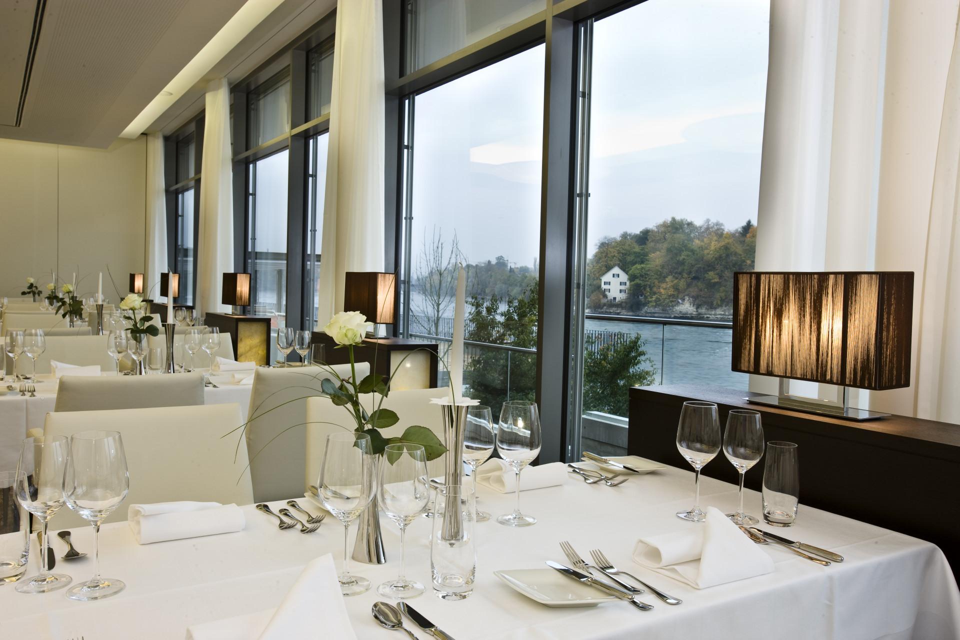 Gedeckter Tisch im Restaurant Bellerive am Fenster mit Blick auf den Rhein