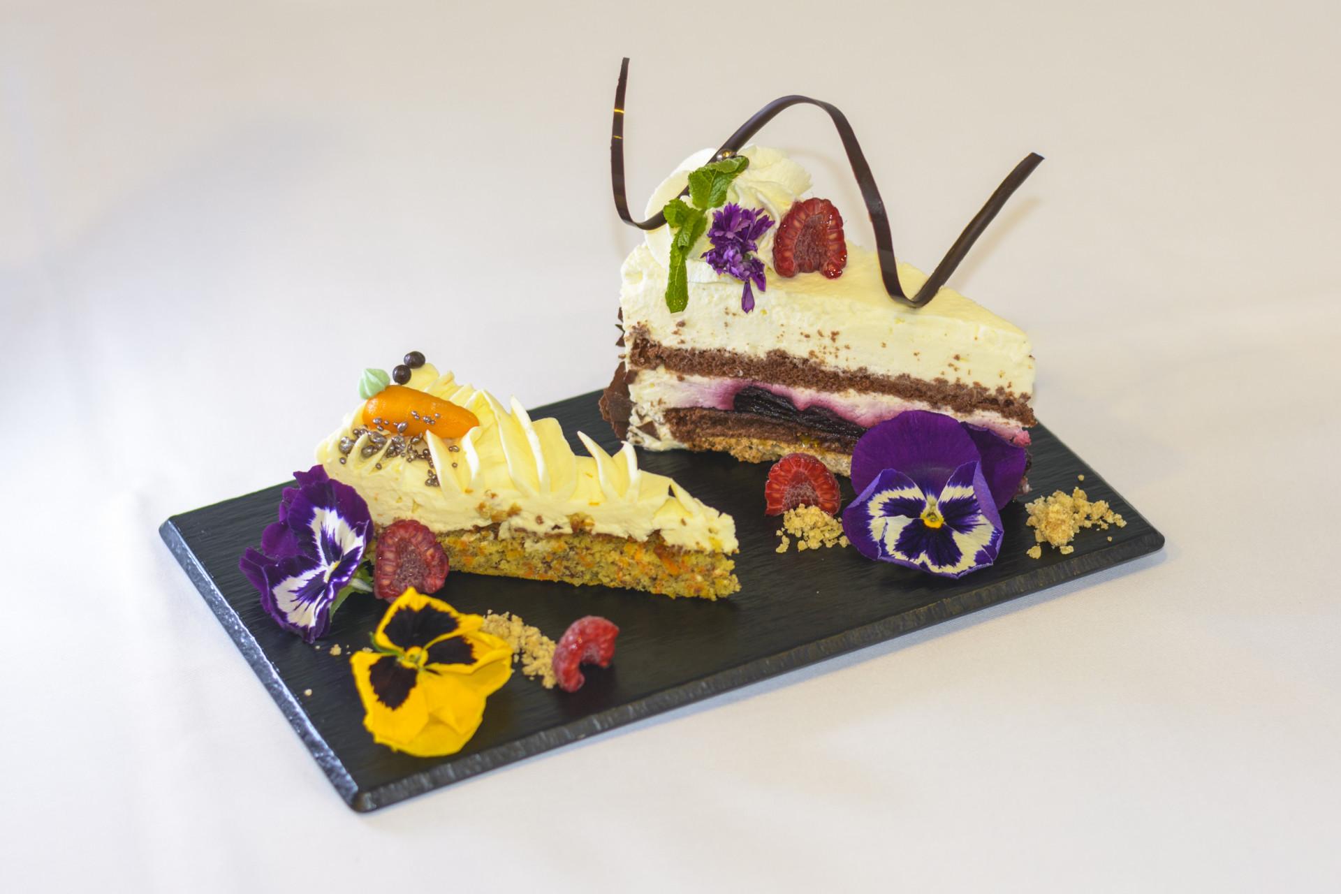 Nahaufnahme von Kuchendessert mit Blumen dekoriert