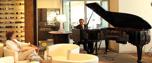 Pianist spielt in der Lounge im Park-Café, Frau hört zu