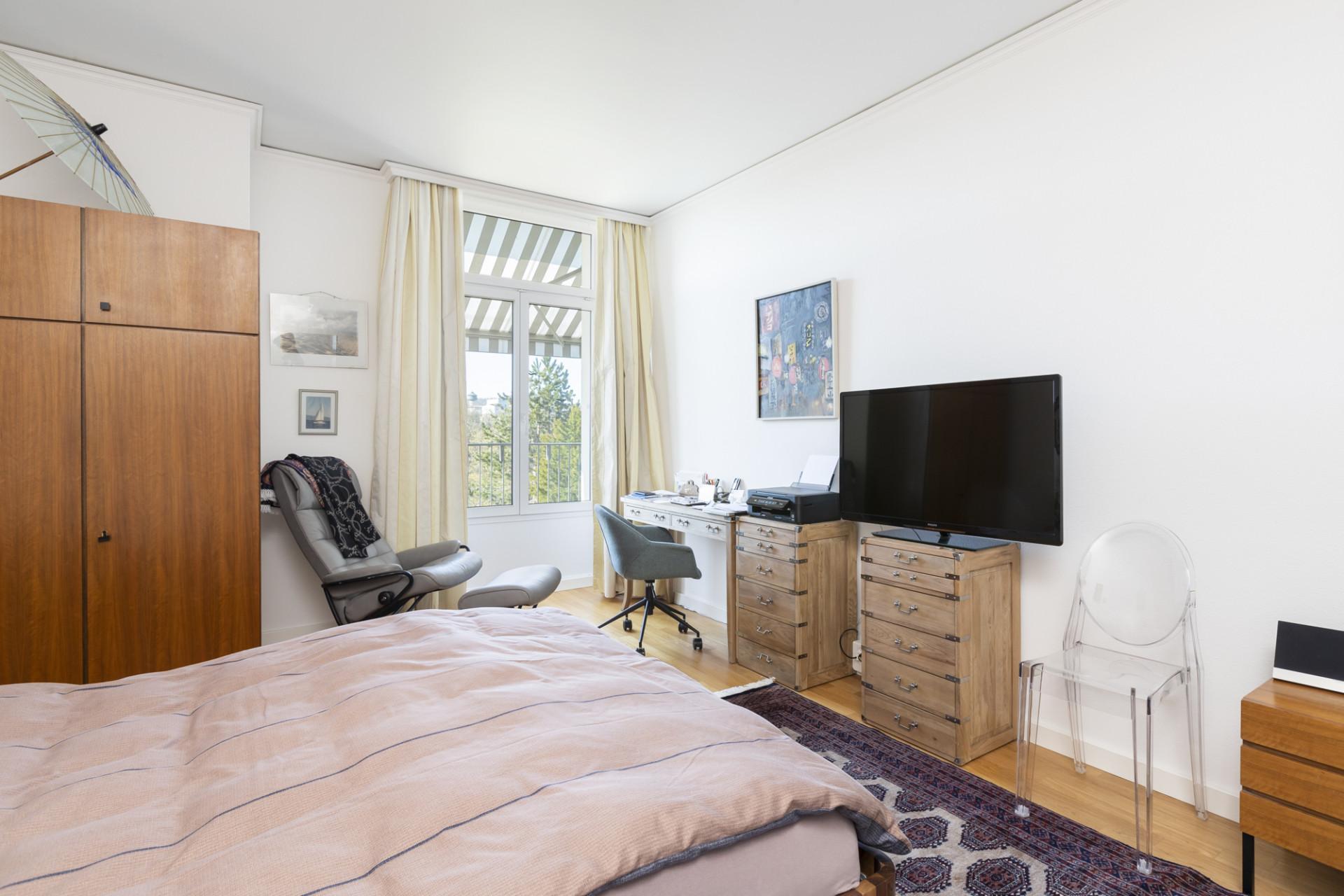 Schlafzimmer einer bewohnten Residenz im Altbau
