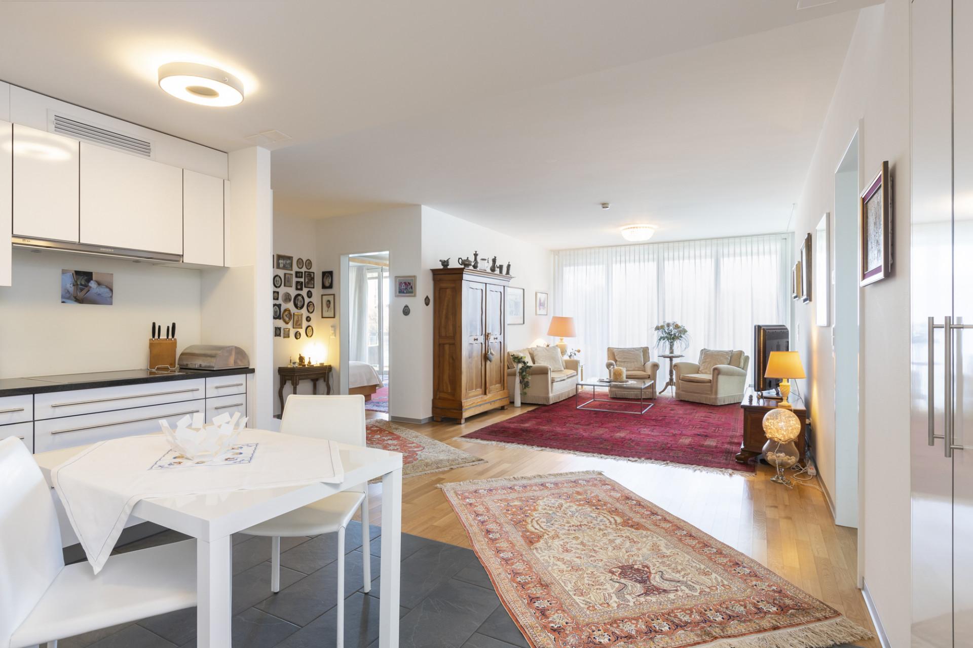 Küche und Wohnzimmer einer bewohnten Residenz im Neubau