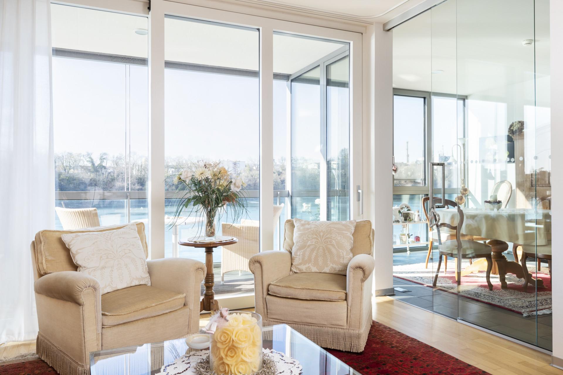 Wohnzimmer und Wintergarten einer bewohnten Residenz im Neubau