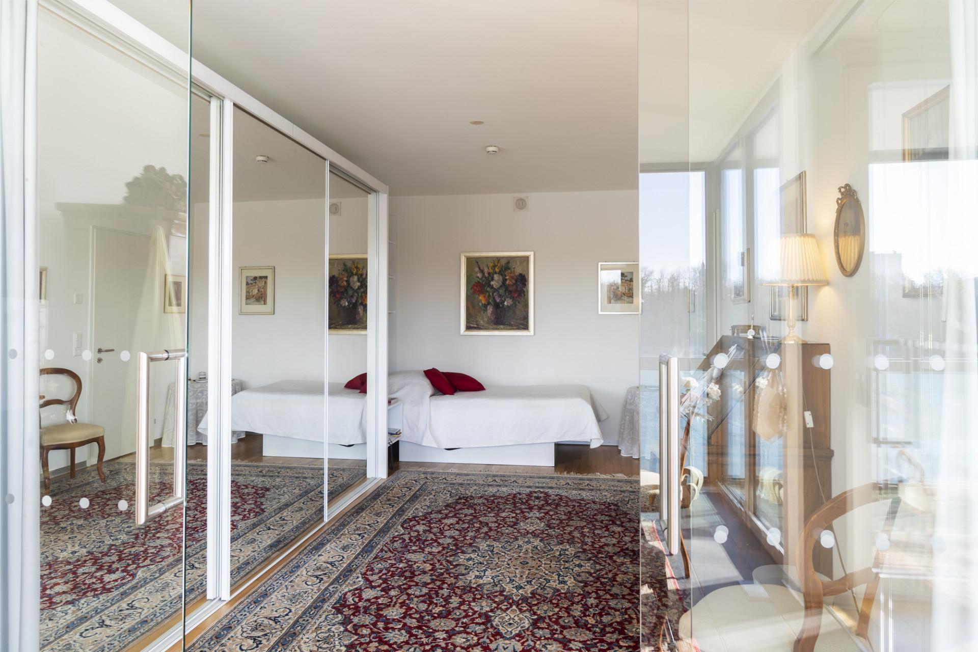 Schlafzimmer einer bewohnten Residenz im Neubau