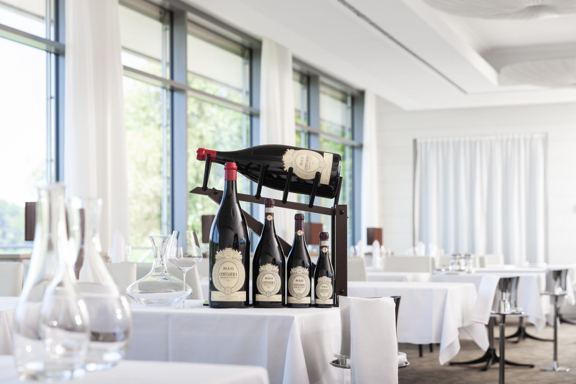 Weinflaschen in verschiedenen Grössen auf Tisch