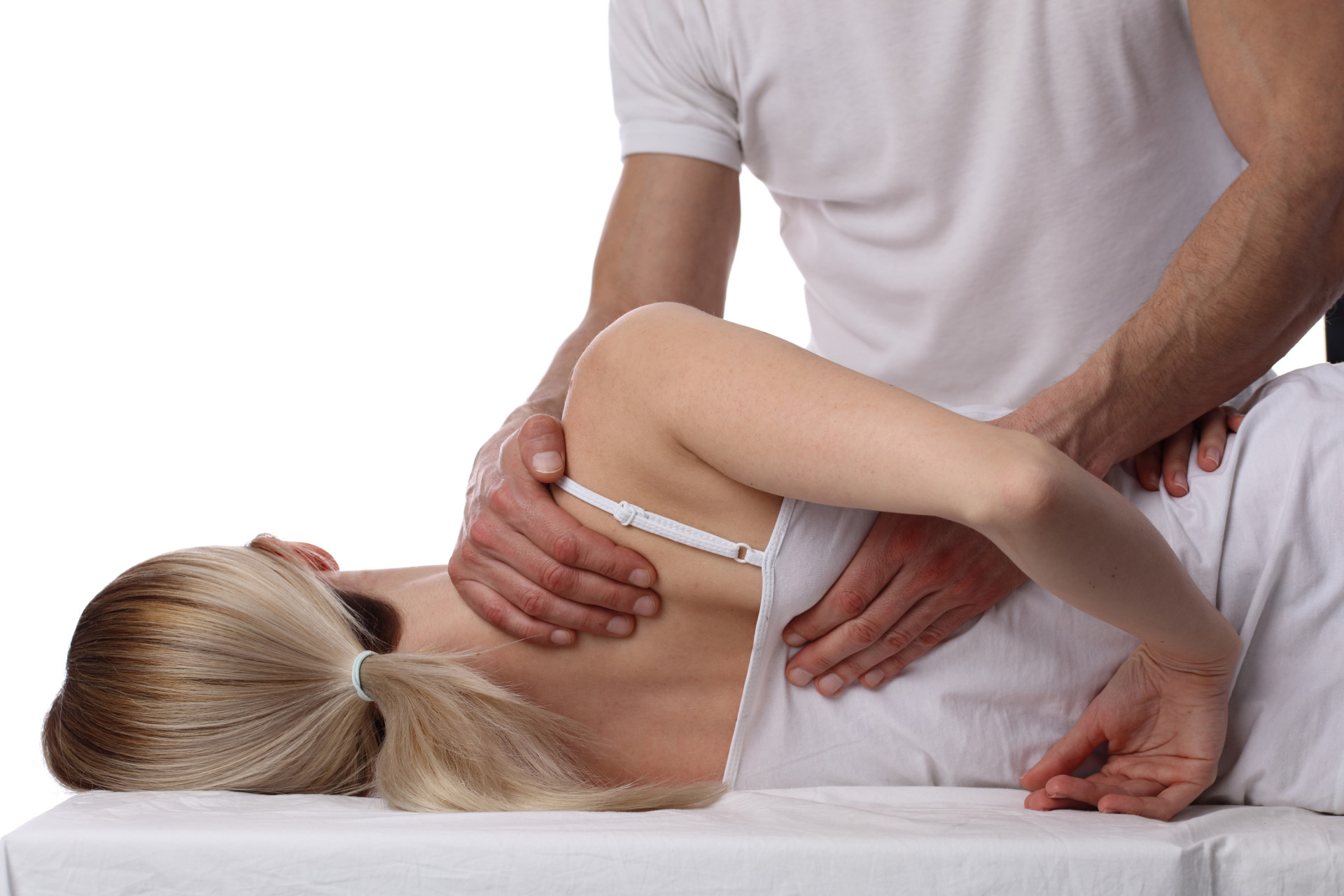 Therapeut führt Übung an Schulter/Rücken einer Patientin durch